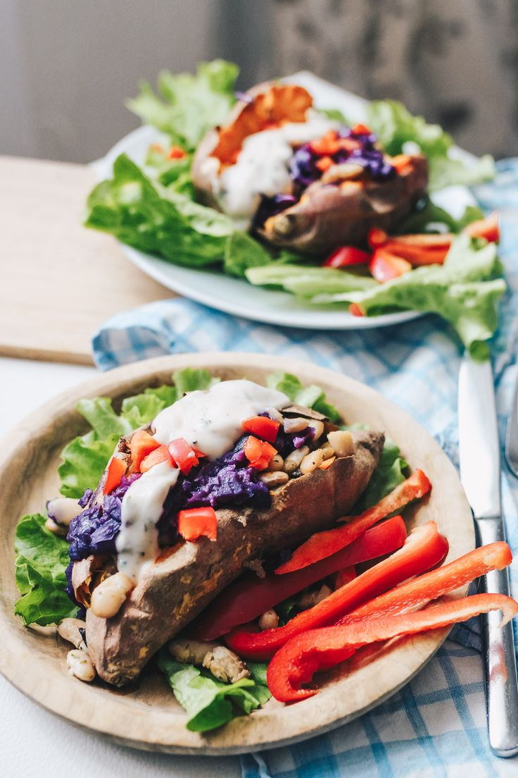 Ofen Süßkartoffeln gefüllt mit weißen Bohnen, Rotkraut & Kräuterdip / #vegan #quick #cheap auf VANILLAHOLICA.com Viele haben den Jahresvorsatz gesünder zu essen. Daher habe ich heute ein einfaches, gesundes Rezept mit nur wenigen Zutaten für dich. Es ist vegan, schnell und freundlich für jedes Budget ! Mit Ofen Süßkartoffeln, veganem Kräuterdip, weißen Bohnen und Rotkraut. Tu dir und deinem Körper etwas gutes, und füll ihn mit guten Nährstoffen !