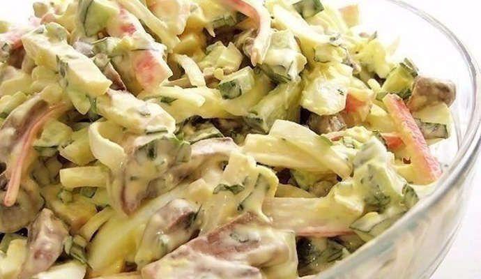 Салат с крабовыми палочками и шампиньонами жареными