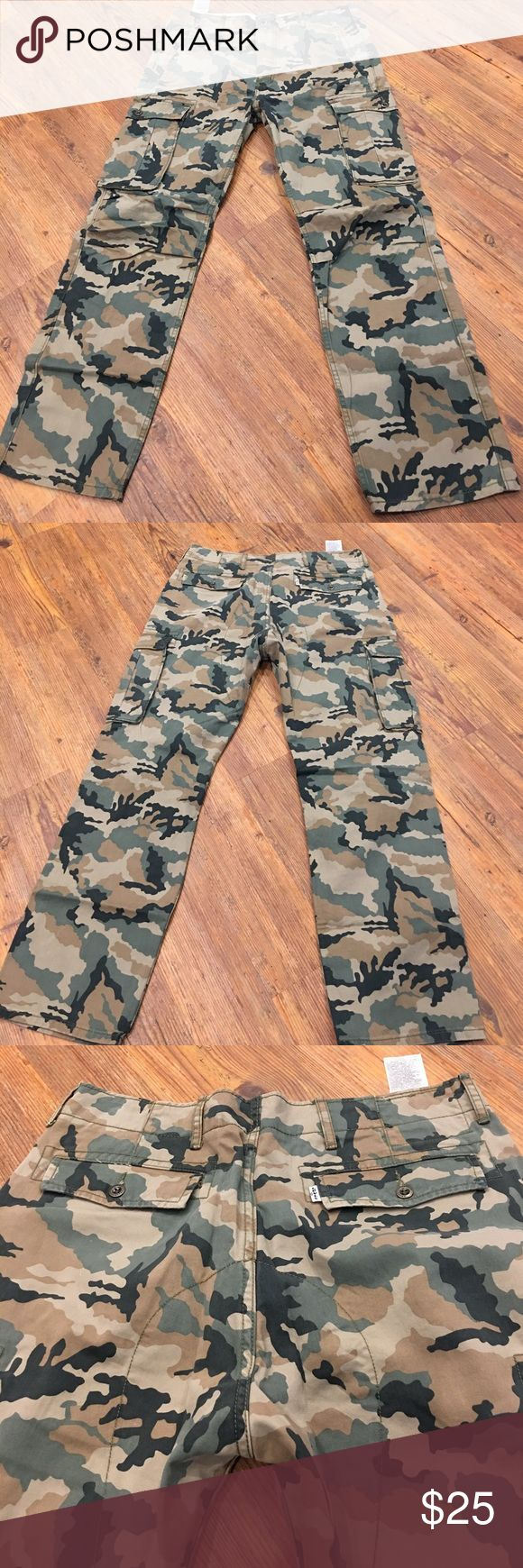 NWOT Levi Camo Men's Waist 34 Inseam 32 Cargo pant NWOT Levi cargo men's pant camo print. Waist 34. Inseam 32 never wore these Levi's Pants Cargo