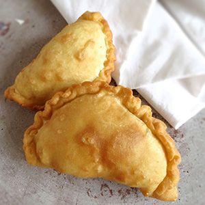 Het recept voor de echte Antilliaanse pastechi karni. Deze lekkere pasteitjes met gehakt doen het goed op elk feestje. Recept incl. Video!