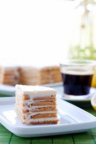 Суперлегкий лимонный торт без выпечки Ингредиенты:  печенье (сухое, типа бисквитного или галетного, форма по желанию), довольно большое количество 1 банка сгущенного молока такое же количество концентрированного молока (1 банка) или сливок 1 крупный лимон или 2 маленьких