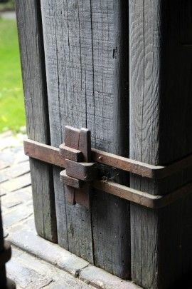 Detail of the steel straps & wedges at the G&G designed Thorsen House.