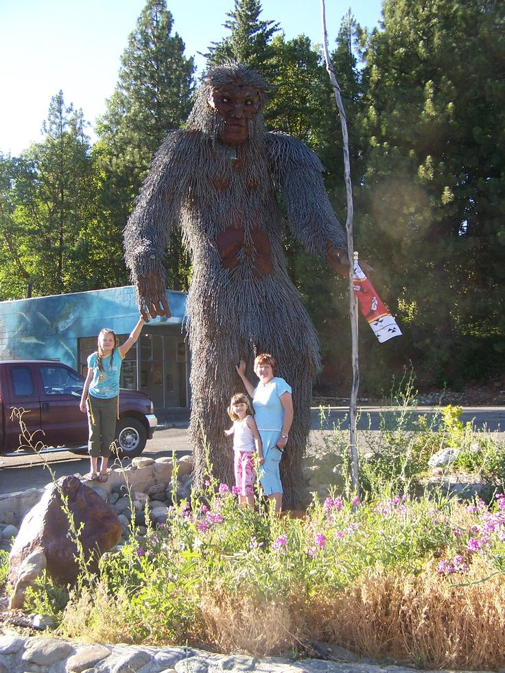 Bigfoot Statue, Willow Creek, CA. 2007. Itu0027s A BIG Statue!