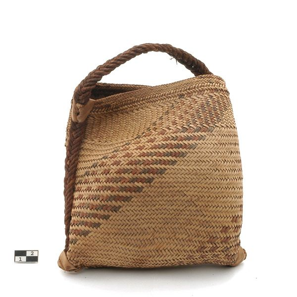 Mozambique | Woven handled carrier bag from the Chopi people of the Manjacaze region