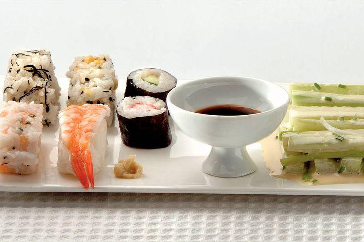 Kijk wat een lekker recept ik heb gevonden op Allerhande! Maki sushi met komkommersalade