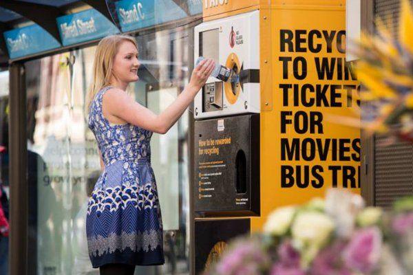 Se Instalan Maquinas De Reciclaje En Sídney Que Ofrecen Recompensas A Cambio Del Reciclaje  Las maquinas pueden recibir y triturar alrededor de 2000 y hasta 3000 contenedores de plástico o de aluminio antes de enviar un email a una tienda adyacente para informar que debe ser vaciado. Los dueños de la tienda vacían la maquina y envían la basura a reciclar.  La iniciativa aspira a alentar a más personas para reciclar sus latas y botellas y es parte de un plan más grande de pretende crear una…
