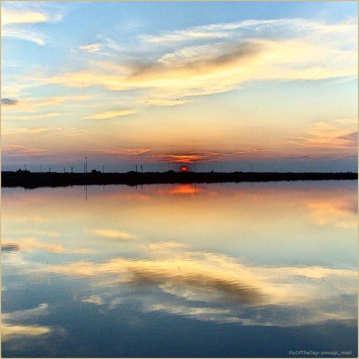 Paesaggi di confine. La #PicOfTheDay #turismoer di oggi contempla il #tramonto su #ValleCampo, una delle #VallidiComacchio. Complimenti e grazie a @musp_mari / Borderscapes. Today's #PicOfTheDay #turismoer contemplates the #sunset over Valle Campo, one of #Comacchio Valleys. Congrats and thanks to @musp_mari