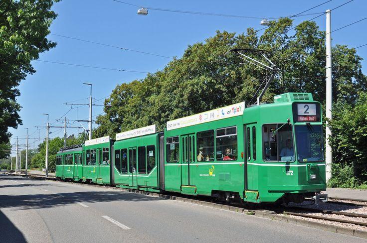 Am 07.08.2016 fand eine Extrafahrt des Tramclub Basel statt. Mit dem Be 4/6S 672 und dem Be 4/4 472 begann die Fahrt am Bahnhof SBB. Bald sind die letzten Be 4/4 der Serie 457 - 476 abgebrochen. Darum hat der Tramclub die Fahrt mit der  Gummikuh  472 durchgeführt. Auch der Be 4/4 472 wird bald die letzte Reise zur Firma Thommen antreten. Von Birsfelden geht die Fahrt Richtung Riehen Dorf. Hier steht der Zug kurz vor der Haltestelle Bettingerstrasse.