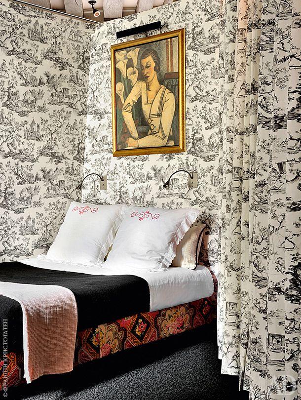 Спальня. Обои с рисунком жуи — дань оформлению спален в XVII веке. Над кроватью висит портрет бабушки хозяйки, написанный Марселем Громером.