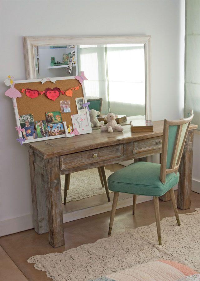 Para+armar+este+rincón+en+un+dormitorio+de+niñas,+las+decoradoras  Cata+Solari+y+Maica+Bruzzo+recurrieron+a+materiales+y+texturas+cálidas+y  envolventes+que+se+llevan+de+maravillas+con+el+universo+femenino.+Como  escritorio,+eligieron+una+mesa+de+campo+patinada+que+apoya+contra+un  espejo+con+marco+decapé,+en+compañía+de+una+sillita+vintage+en+terciopelo+y+lino+color+acqua.+La+alfombra+en+el+piso+(Urban+Outfitters)+está+tejida+en+crochet.