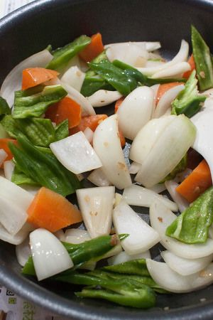 まろやか黒酢の酢豚 by tomo | レシピサイト「Nadia | ナディア」プロ ... 玉ねぎを入れて透き通るまで炒め、にんじんとピーマンも加えて炒める。全体に油が馴染んだとろころで別皿に取り出す。