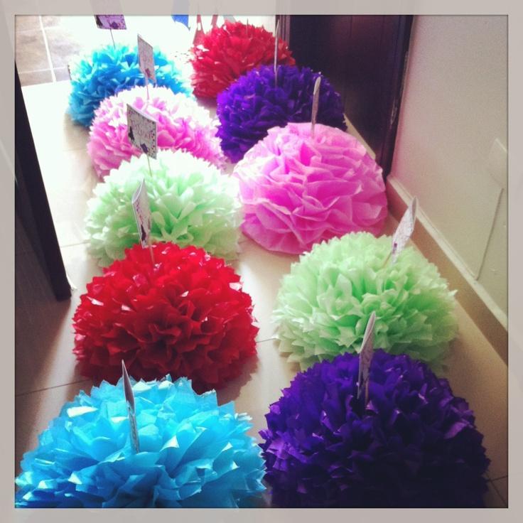 Pompones de papel para centro de mesa: tema Alicia en el Pais de las maravillas. #piñatas  Visitanos www.facebook.casitadeldetalla.com