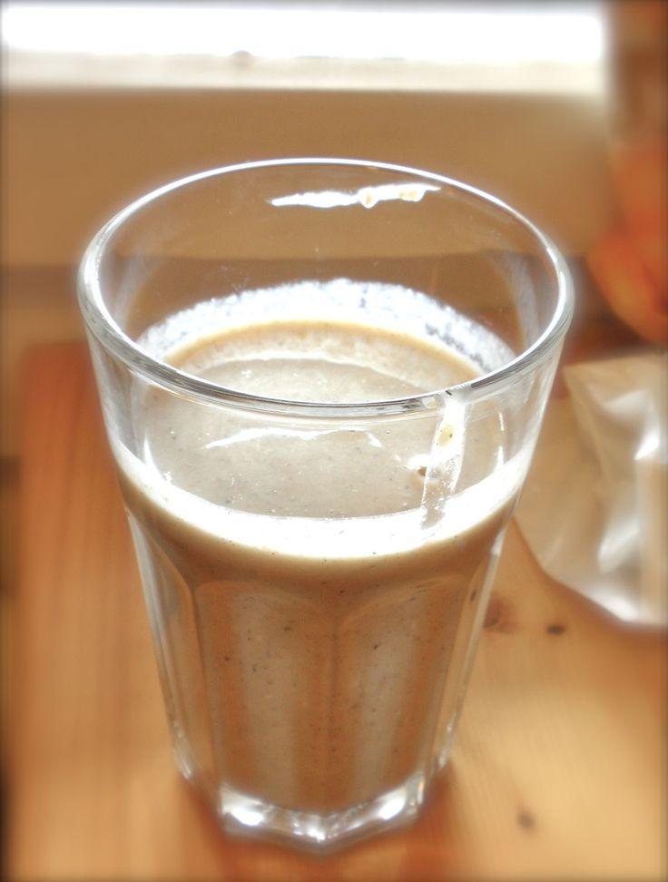 オートミールとバナナのスムージー      オートミールとバナナの濃厚さで腹持ちバツグン! 材料 バナナ 1 リンゴ 大1/2 オートミール 適量(大2) 豆乳(バニラ味ヨーグルト) 適量 黒ごまきなこ 適量  作り方 1 オートミールがすれすれ浸るくらい水を鍋に入れて、沸騰させながらやわらかくする。 2 適当に切ったリンゴも入れて一緒にやわらかくする。 3 火を止め、ミキサーに先ほど作ったオートミールとリンゴ、バナナ、豆乳、黒ごまきなこを入れて、ブレンダーさせたら、完了。 コツ・ポイント ヨーグルトを使う場合少し水を加えると良い。 オートミールは水分を吸収するので、水分が足りないと思ったら水、又は豆乳、牛乳で調整する。 アーモンドをいれても美味しい!