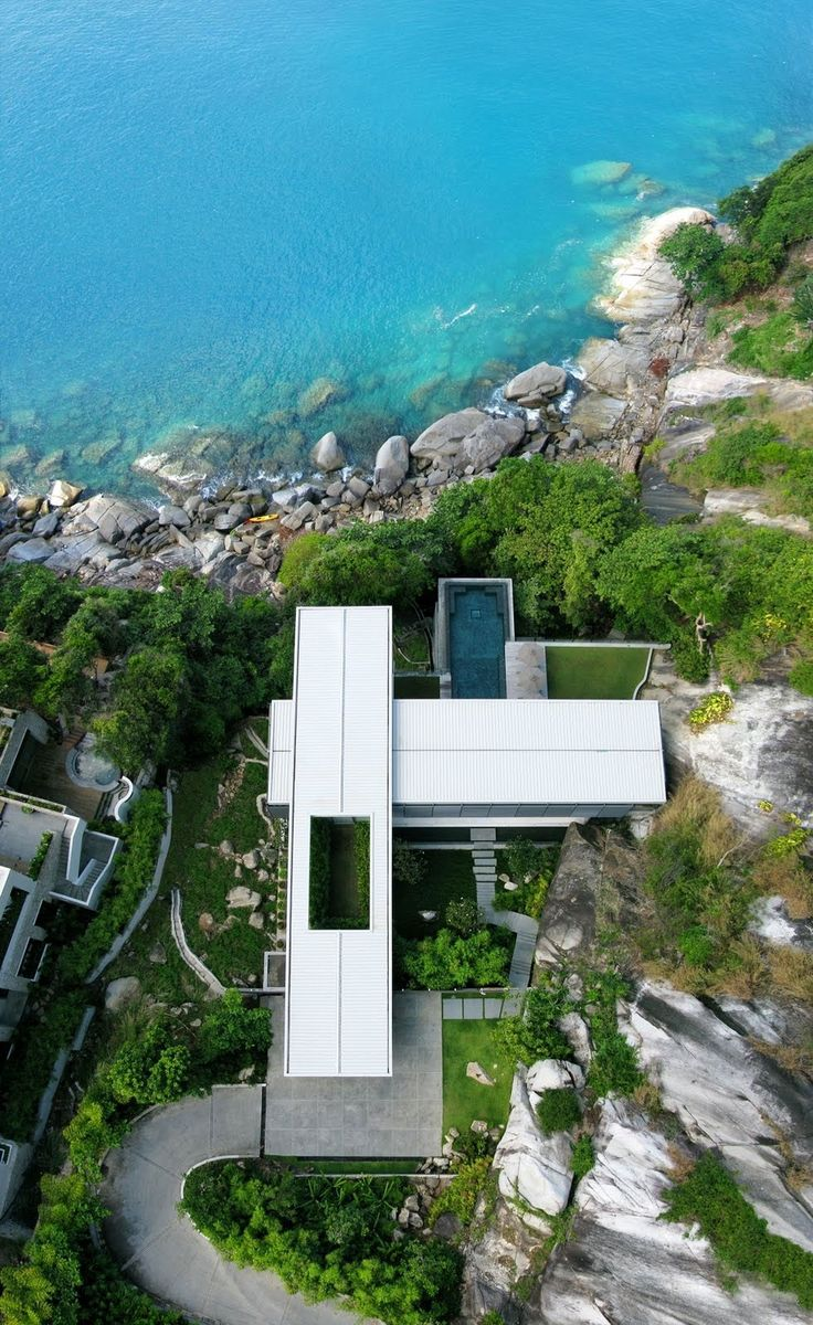 Villa Amanzi: a Sumptuous House on the Rocks Villa Amanzi: a Sumptuous House on the Rocks – HomeDSGN, a daily source for inspiration and fresh ideas on interior design and home decoration.