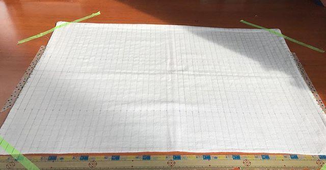 ボランティアで縫った清拭布の残りに、刺し子をしようと方眼書いた。 この先は考えていない #刺し子 #さらし