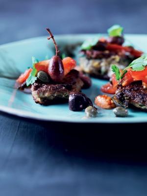 Aubergine gedeoste-fritter med basilikum og oliven