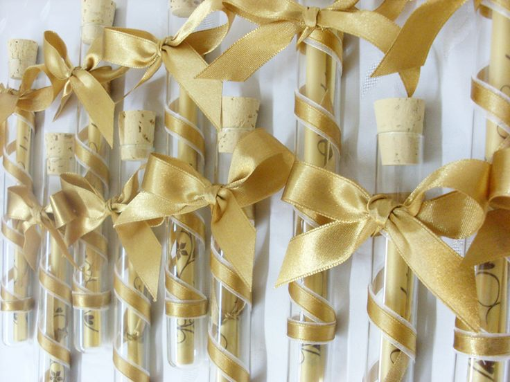 Arany szatén masnival díszített kémcsöves esküvői meghívó.