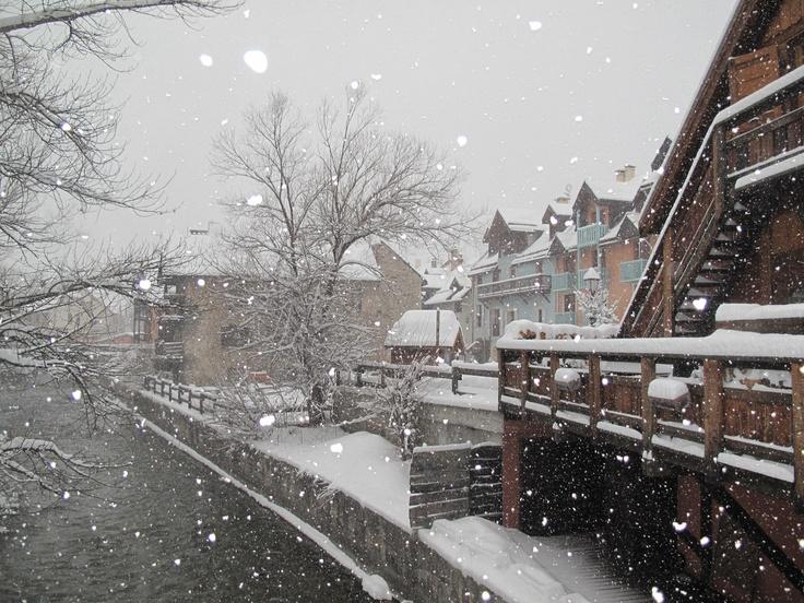 un des villages de Serre Chevalier sous la neige le 11/02/2013. plus d'infos : http://www.facebook.com/serre.chevalier.vallee
