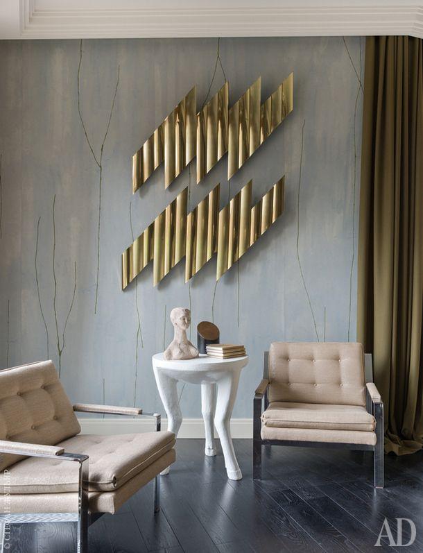 Фрагмент гостиной. На стене абстрактная скульптура из металла Zig-Zag, Curtis Jeré. Кресла Cube по дизайну Мило Баугмана. Скульптура на столе — работа Константина Евменева.