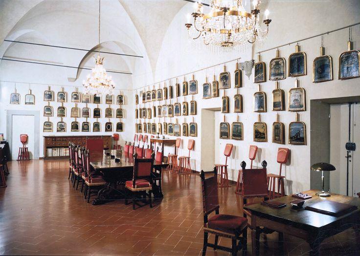 """""""Sala delle pale"""" dell'Accademia Crusca. Su ognuna delle 154 pale, dipinte su supporto ligneo dorato, sono raffigurati il nome da accademico del Cruscante, la sua impresa emblematica e un motto, il tutto ispirato metaforicamente al grano o alla farina - Villa di Castello, Firenze"""
