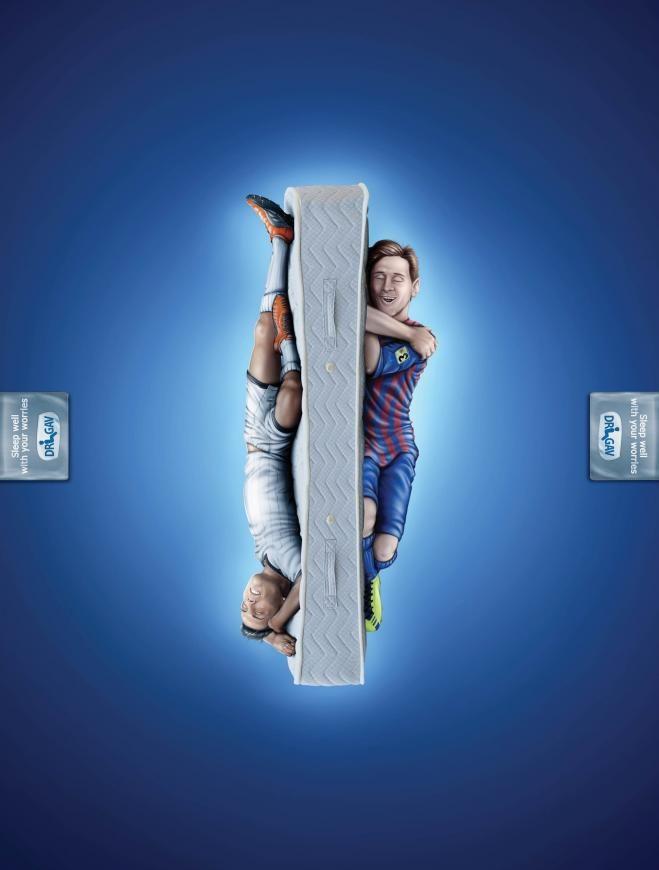 A marca de colchões Dr. Gav, de Israel, queria ressaltar que seu produto garante noites tão tranquilas e confortáveis de sono, que nem mesmo as suas preocupações são capazes de interromper, nem se fosse o Messi ou o C. Ronaldo...