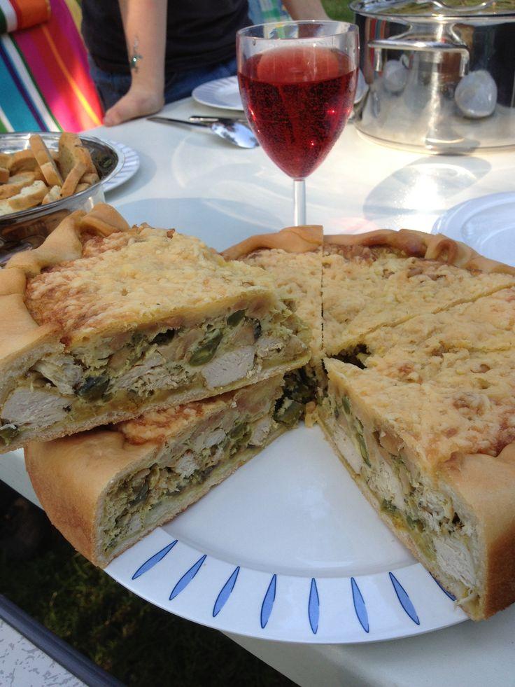 Hartige taart met kip, sperziebonen, cashewnoten en italiaanse kruiden en pesto.