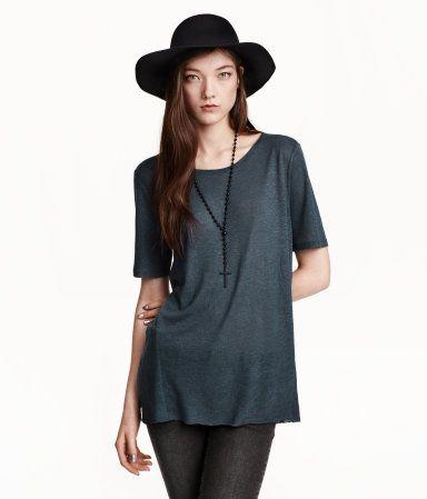 Langes T-Shirt aus Jersey mit offener Kante an Ausschnitt und Saum. Etwas länger geschnittenes Rückenteil.