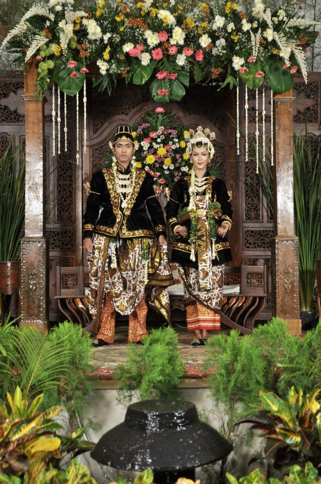 Indonesian Wedding : Javanese Tradition, using Paes Ageng Jogja style of make up. When vintage meets eternity!