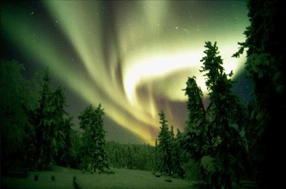 오로라  마치 하늘에 있는 커다란 커튼과 같은 아름다움이 있다.  이는 태양에서 온 대전입자가 공기와의 반응에 의해 빛을 내는 것이다.