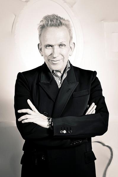 Jean Paul Gaultier był i wciąż jest prawdziwym artystą. Jego prace wychodzą daleko poza granice mody, dlatego pośwęconą jego twórczości wystawę powinni odwiedzić nie tylko miłośnicy mody, ale także sztuki. Więcej o niej przeczytacie na www.SoPerlage.com!    http://soperlage.com/the-fashion-world-of-jean-paul-gaultier/