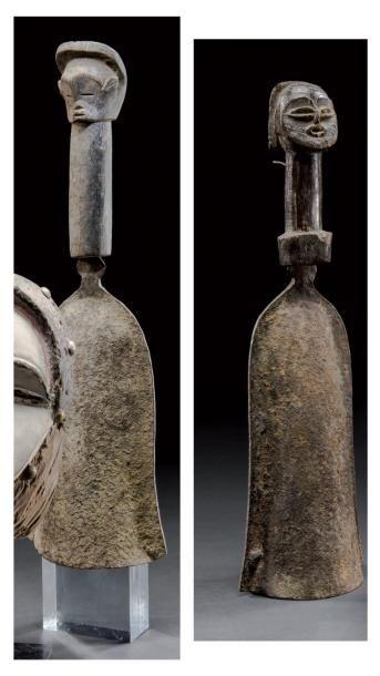 Deux gongs rituels Ethnie Mitsogho, Gabon Bois et fer forgé H. 40,5 cm chacun Ces objets étaient utilisés par le féticheur Nganga pour appeler les initiés dans l'Ebandza (case rituelle). Ce lot pourra… - Binoche et Giquello - 01/03/2013