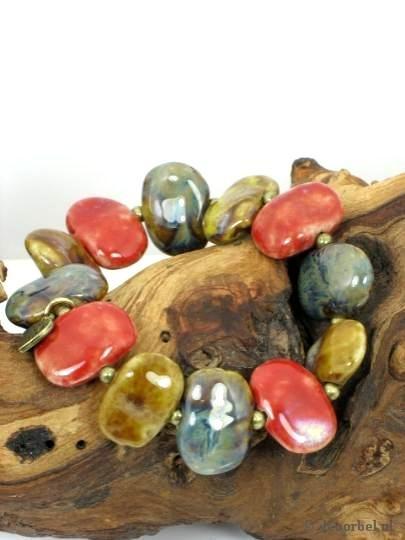 Mooie armband gemaakt van keramische kralen
