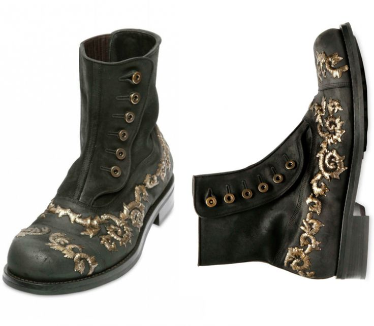 Dolce & Gabbana muestran su lado más barroco con sus nuevas botas de cuero bordadas para este Otoño-Invierno 2012-2013. Vienen en motivos bordados con hilo de oro, lo que les hace dar un toque más lujoso, pero a la vez casual por el efecto desgastado en el cuero. Como puedes ver, las botas no pierden detalle. Y pueden combinarse con unos vaqueros o perfectamente también con un traje