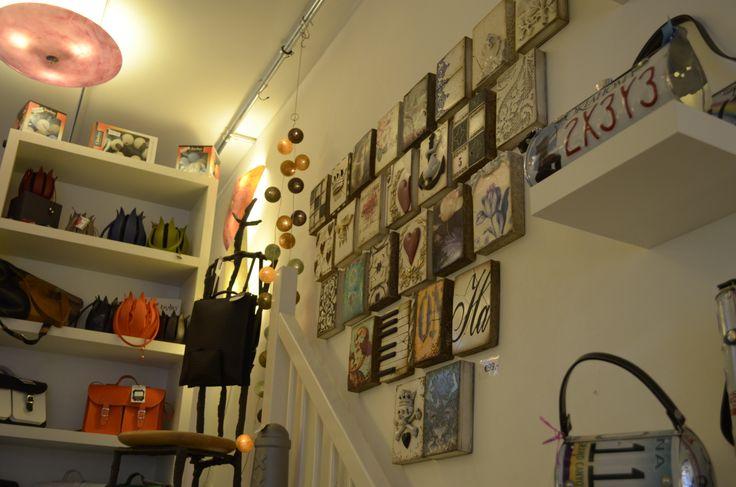In onze winkel vind je een unieke collectie tassen, jassen, accessoires van diverse merken en Born Identity custommade verlichting. #sid #dickens