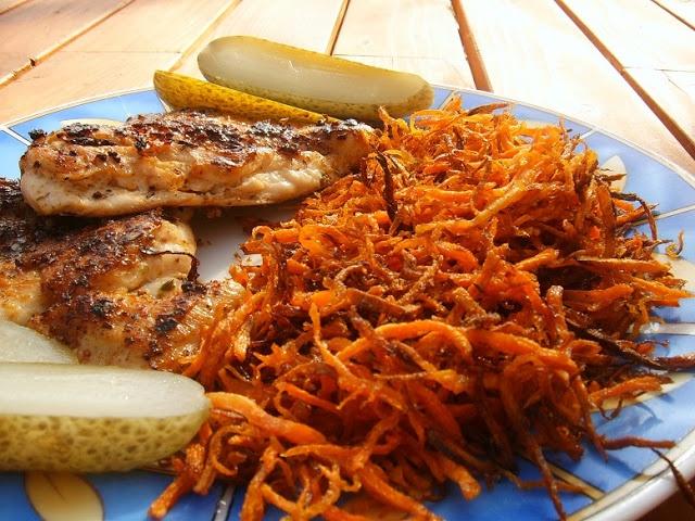 Éjjel-nappal paleo: Fűszeres csirkemell ropogós répa csíkokkal (avagy szénakazal a tányéron)