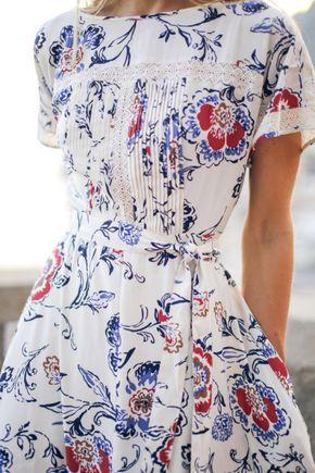 Vestido primavera, estampado, com detalhe plissado na frente, cintura marcada.