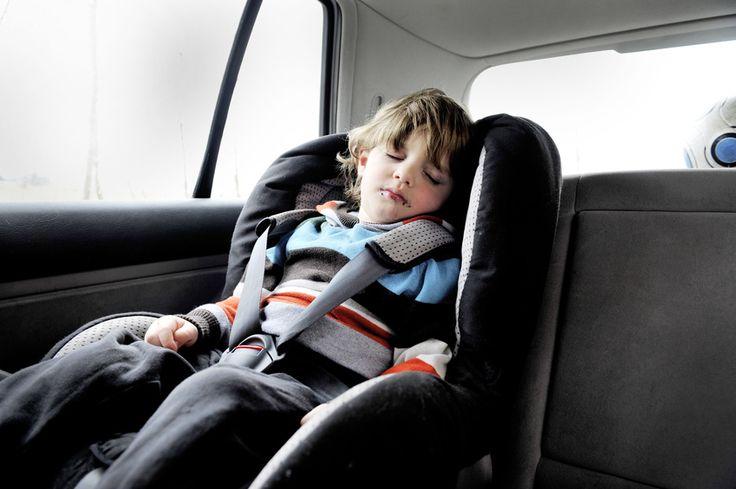 junge schlaeft in autositz car seat harness car seat. Black Bedroom Furniture Sets. Home Design Ideas