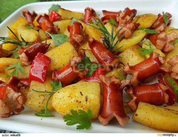 Oškrábané brambory a cibuli nakrájíme na měsíčky. Párky na klínky a na koncích je nakrojíme do kříže. Brambory dáme vařit do vody s octem a...
