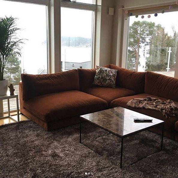 Brun Mammuten modulsoffa i sammet. Modul, soffa, djup, rymlig, låg, lougne, möbler, möbel, inredning, vardagsrum, hörnsoffa, marmor, soffbord, bord, brunt.