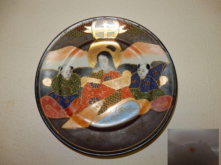 Vintage chinees porseleinen bord met een doorsnede van 18.5 cm. Voorstelling Geisha met 2 aziatische mannen. Het bord is voorzien van een merk op de achterzijde. Het bord is handgeschilderd met goudverf en andere heldere kleuren. Het reliëf van de verf is in de lijnen en de puntjes van de kleding en omgeving. Prijs € 27.50.