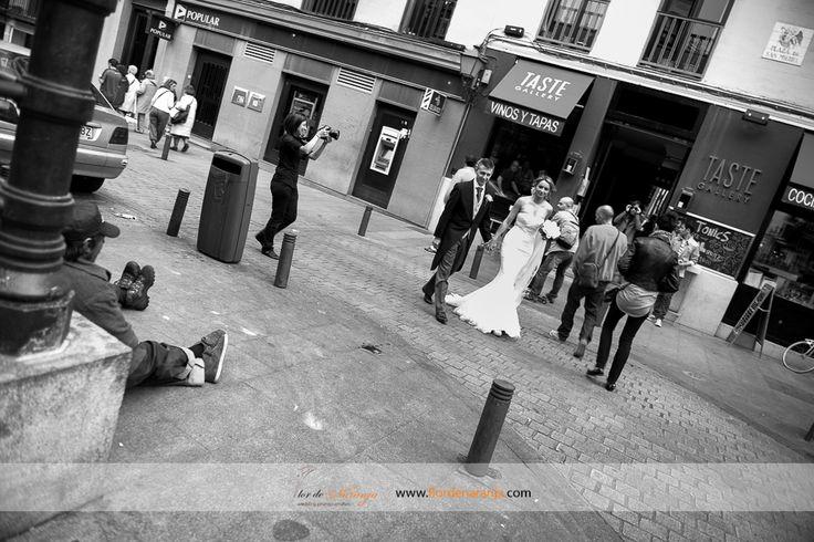 Boda de Paola y Javier. Fotografía de los novios en los alrededores del Mercado de San Miguel de Madrid