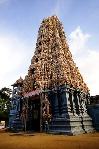 Sri Muthumariamman Thevasthanam (Hindu temple), Matale, Sri Lanka (www.secretlanka.com)
