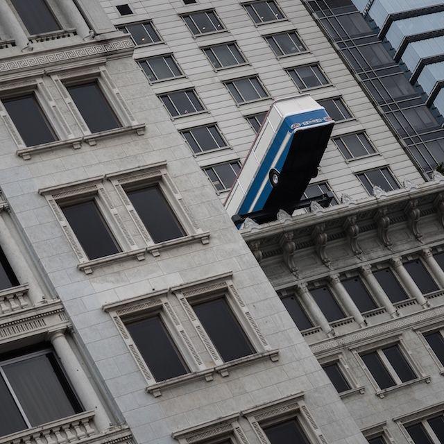 """L'installazione """"Hang On a Minute Lads, I've Got a Great Idea"""" dell'artista britannico Richard Wilson (che sembra un autobus infilato nella facciata di un albergo) su un lato del Peninsula hotel di #HongKong"""