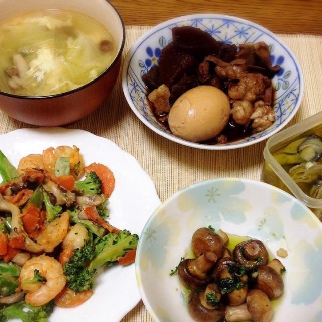 3日目のモツ味噌煮、しみしみ大根色は黒いけど辛くないのよ。 morimiちゃんの牡蠣のオイル漬けも水曜日に姉が仕込んだもの。美味しい。 オイルを使ってマッシュルームをソテー。 - 136件のもぐもぐ - 中華風スープ・モツ味噌煮・牡蠣のオイル漬け・オイル漬けのオイルでマッシュルームソテー・エビとブロッコリーの炒め物 by madammay