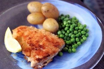 Panerad torskfilé med potatis och ärtot - så gott och klassiskt.