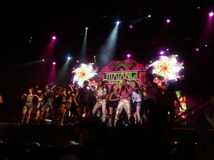 #MIA sacándose fotos con la #ComunidadMovistar arriba del escenario.