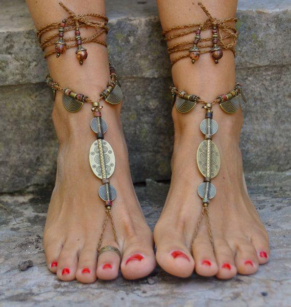 Dieses Angebot gilt für ein Paar Sandalen barfuß. Wunderschöne und einzigartige barfuss Sandalen mit einem ethnischen Vibration. Sehen Sie toll aus an den Händen oder als Halskette. Handmade gehäkelt mit Liebe und Sorgfalt mit Polyester Schnur, Antik Bronze Perlen, griechische Keramik Perlen, Glasperlen und Rocailles Acai gewachst. Die Spitze ist lang genug, um es 2 Mal um das Bein wickeln. Jedes Ende der Zeichenfolge wird mit Glasperlen, Rocailles Acai und Messing Perlen geschlossen. Die...