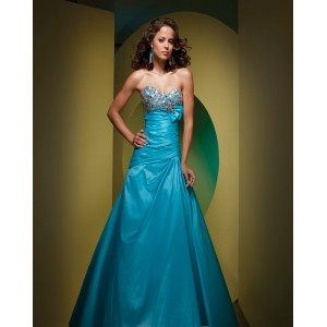 Robe de bal a bustier,motif de paillettes sur le bustier,taille serrée,jupe longue couleur bleue claire,robe de bal faite en taffetas.