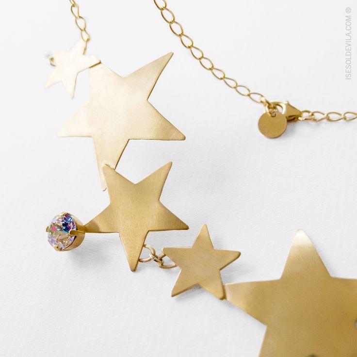 GARGANTILLA ESTRELLAS SWAROVSKI #Estrellas de latón bañadas en oro adornadas por cristal de #Swarovski. Cadena de plata bañada en #oro de 24k. Ref_058 #isesoldevilajoyas #joyas #collar #diseño #hechoamano #artesañal #diseñosunicos #diseñosamedida #detalles  Pedidos: contacto@isesoldevila.com