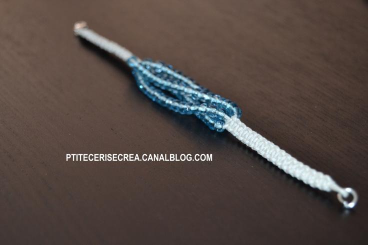 Bracelet style shamballa écru et perles bleu